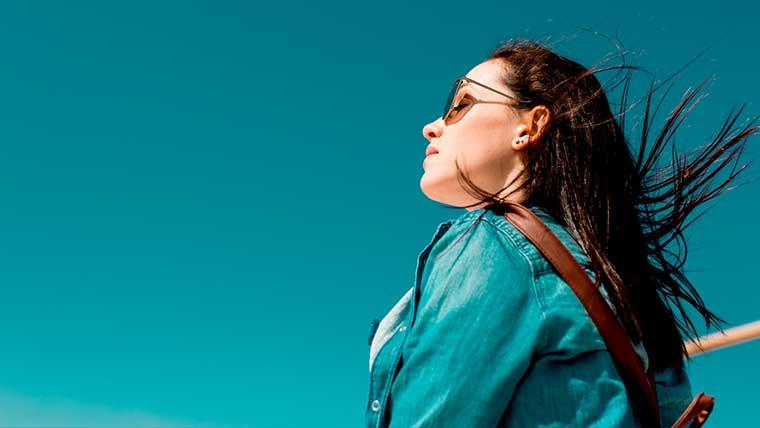 紫外線を受ける女性